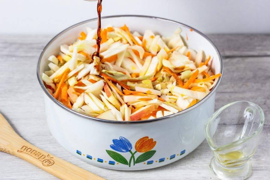 Соевый соус смешайте с маслом и заправьте салат.