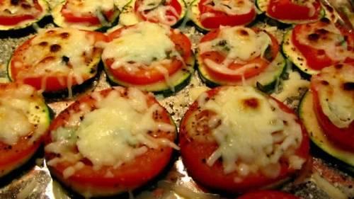 Кухонной лопаткой раскладываем овощную закуску на красивое блюдо, украшаем веточками зелени или дольками лимонов и можно подавать к столу. Закуска с кабачками и помидорами подается в теплом или холодном виде, ее можно нарезать на 4 части и насадить на шпажки, чтобы гостям было удобно кушать. Простое ароматное овощное блюдо готово!