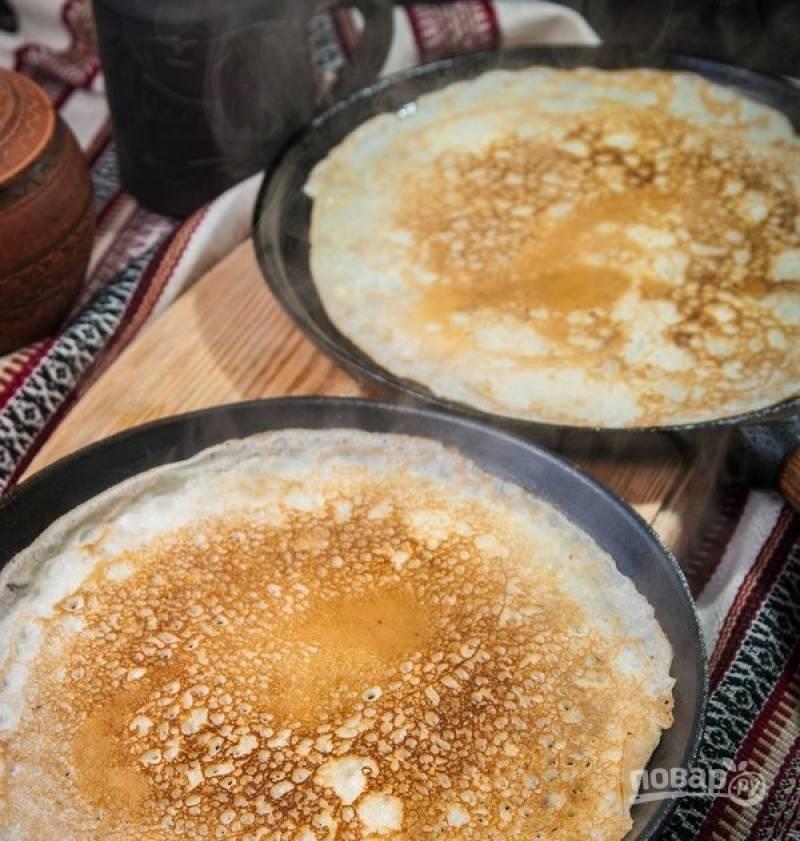 5. Жарим кефирные блины на хорошо разогретой сковороде с обеих сторон до румяного цвета.