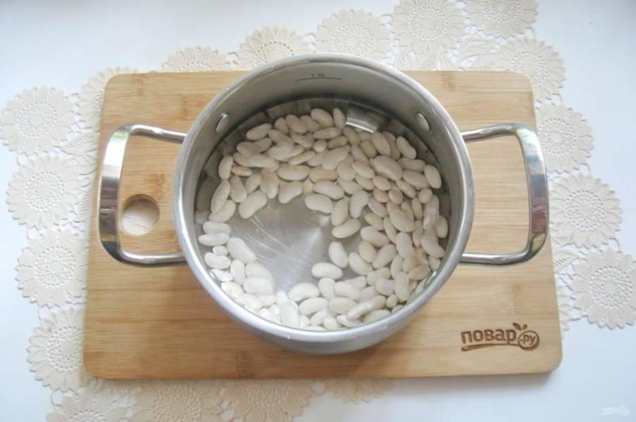 Фасоль помойте и замочите в холодной воде на 8-10 часов, а лучше на ночь. Затем выложите в кастрюлю, залейте свежей водой.