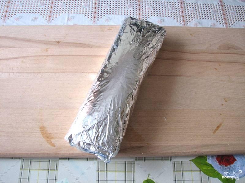 8. Уберите в холодильник, чтобы он как следует пропитался, часа на 2-3. После аккуратно разверните, нарежьте порционными кусочками — и можно подавать к столу.