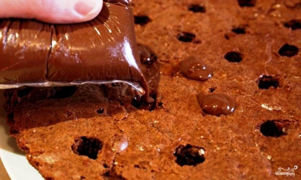 Дырочки заполняем приготовленным нами кремом. Когда это будет сделано, ставим торт в холодильник на пару часов.