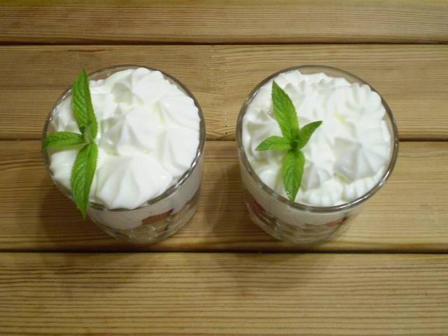 Сверху — снова сметанный крем. Украсьте десерт листочками мяты, подайте его к столу. Приятного!