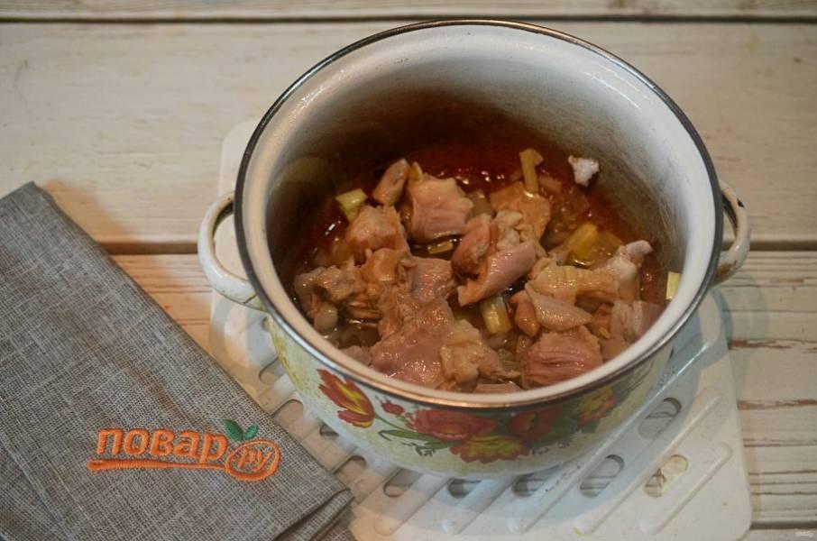3. Обжарьте лук и мясо вместе около 7 минут. Затем уберите из кастрюли.