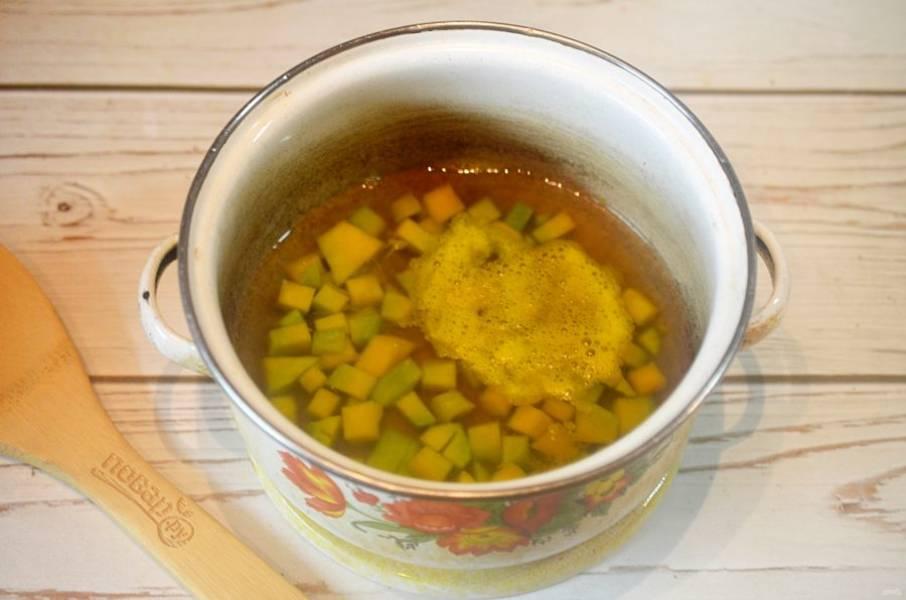 2. Выложите в кастрюлю, залейте водой и варите около 15 минут.