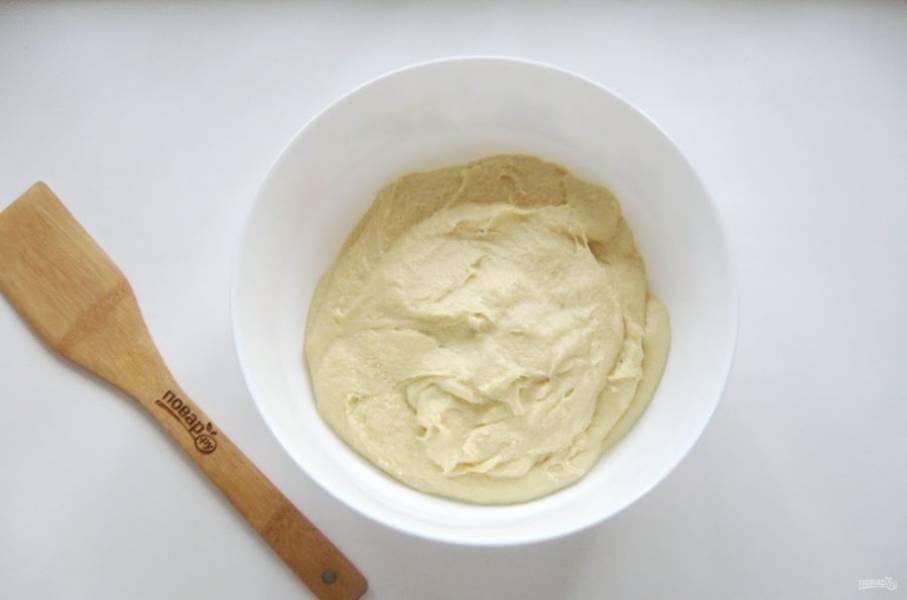 Снова перемешайте тесто до однородной консистенции. Оно не должно быть крутым. И должно липнуть к рукам. Накройте тесто пищевой пленкой и поставьте в холод до утра.
