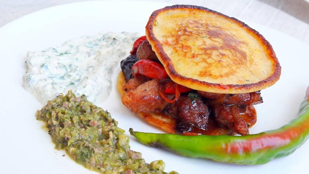 Свинина, жаренная с овощами и сливами