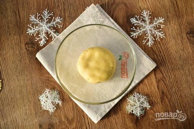 Мягкое сливочное масло взбейте с сахарной пудрой и ванилином до кремообразной состояния. Добавьте муку, крахмал и замесите мягкое тесто.