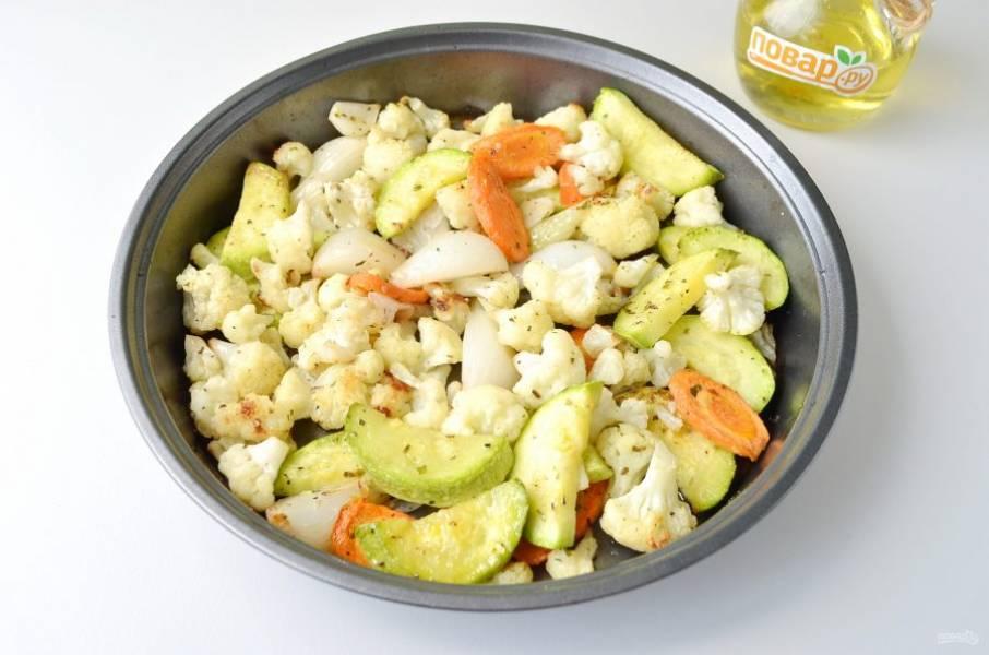 Готово. Переложите горячие овощи в салатник. Гранатовый сок соедините с оливковым маслом, венчиком взболтайте. Добавьте по щепотке соли и перца молотого.