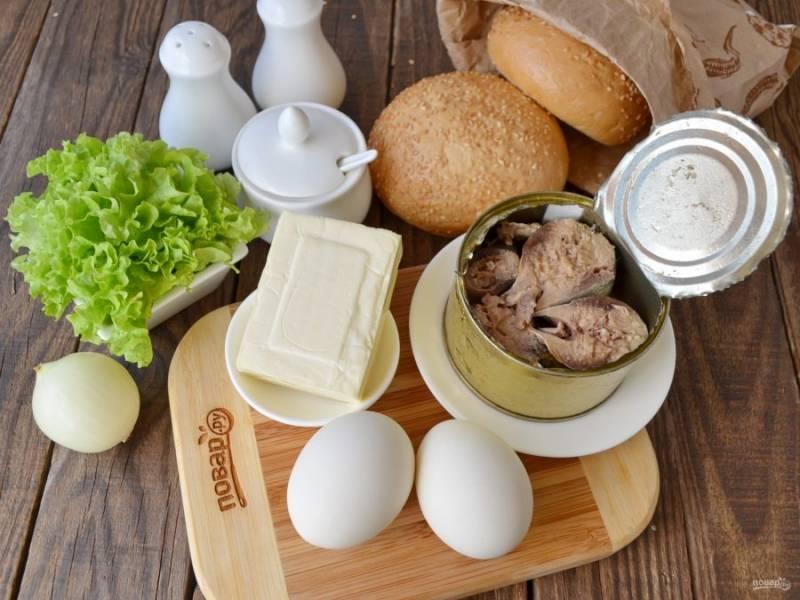 Подготовьте продукты. Откройте сардину в масле, жидкость слейте. Отварите яйца вкрутую.  Остудите и снимите скорлупу.