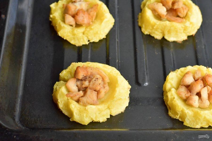 Отправьте гнезда в разогретую до 190 градусов духовку на 15-20 минут.