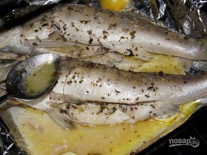 Через 15 минут достаем форму с рыбой. Должно выделиться довольно много сока, им мы поливаем рыбку. Запекаем все ещё минут 7 (фольгой можно не накрывать).