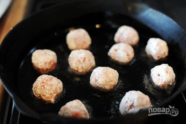 4. Обжарьте митболы до румяной корки в растительном масле на сковороде.