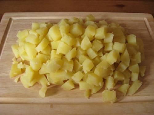 Отварной картофель мелкими кубиками так же.