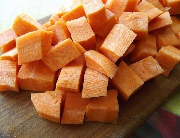 Чистим морковь и нарезаем брусочками или кубиками среднего размера.