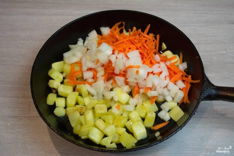 К подрумянившимся кабачкам добавьте нарезанные лук и морковь. Тушите все вместе 10 минут.