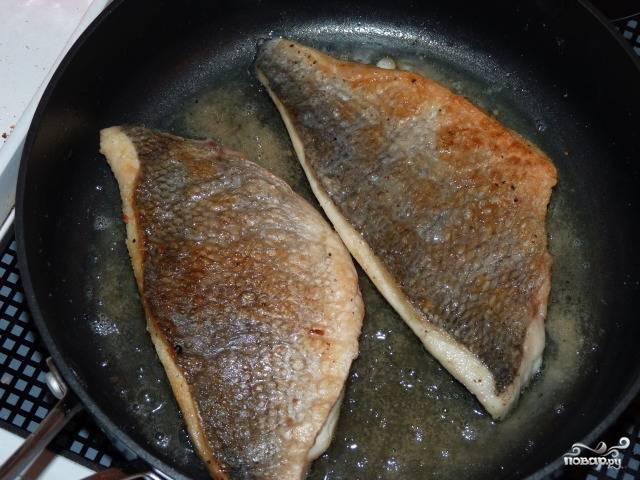 3. В сковороде на средне-высоком огне разогрейте сливочное масло. Выложите леща шкуркой вниз. Обжарьте с одной стороны минут 5-6, затем переверните и жарьте еще 5 минут.