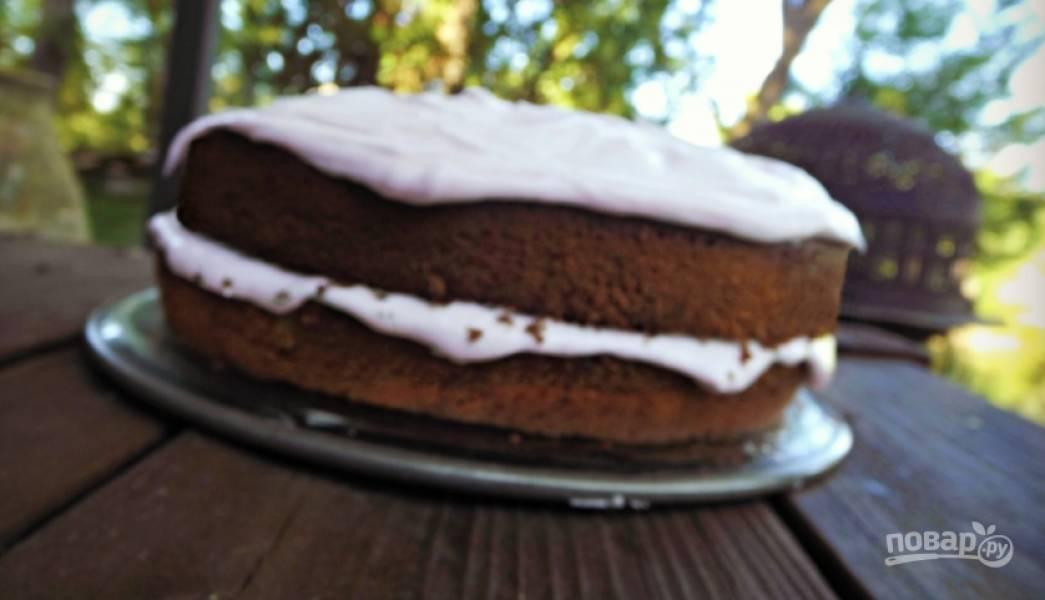 Осталось лишь прослоить коржи кремом и по желанию украсить пирог сверху.