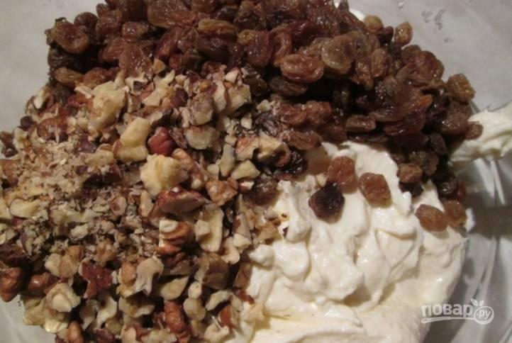 Измельчите орехи, добавьте их к творожной массе, туда же засыпьте изюм. Влейте молоко с желатином. Перемешайте и поместите массу в холодильник.