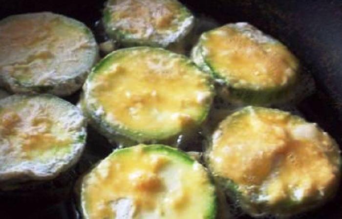 Разогрейте на сковороде масло и обжарьте кабачки с двух сторон до золотистой корочки. Готовые кабачки выложите на салфетку, дав стечь лишнему жиру и подавайте на стол.