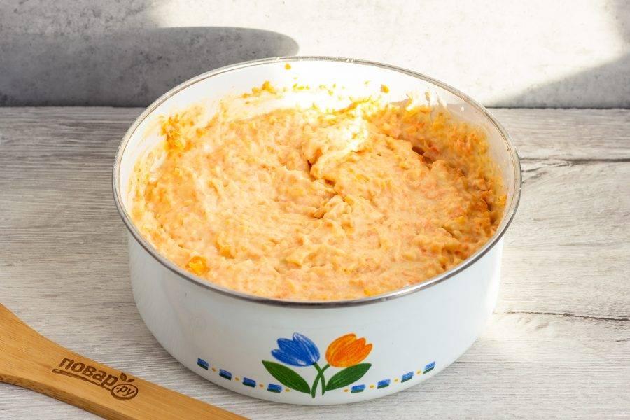 """В последнюю очередь добавьте овощи. Выложите тесто в чашу мультиварки и выпекайте на режиме """"Выпечка"""" от 1 часа до 1 часа 20 минут. Зависит от мощности мультиварки. Пирог немного влажный, это нормально."""