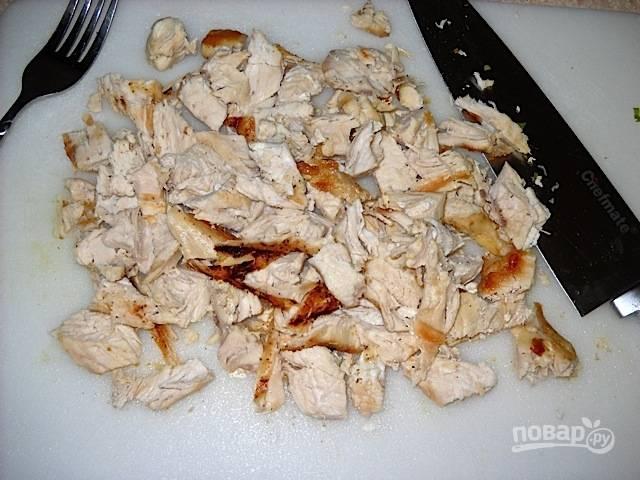 3.Разломайте куриное мясо на небольшие кусочки с помощью ножа и вилки.