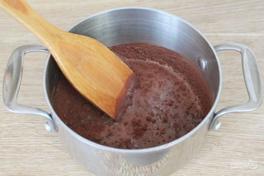 В кастрюлю наливаем молоко, добавляем сахар и какао. Все перемешиваем и ставим на огонь. Непрерывно помешивая, доводим глазурь до кипения и убираем с огня.