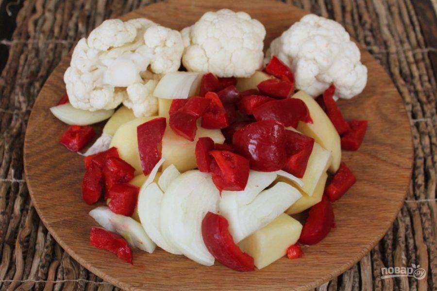 Добавляем болгарский перец и несколько соцветий цветной капусты.