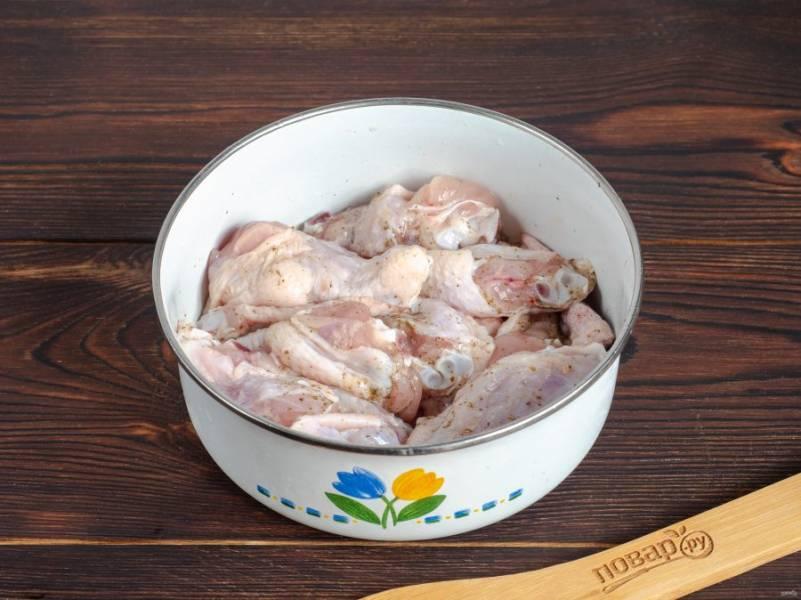 Крылышки порежьте на части, посолите по вкусу и приправьте специями. Перемешайте и уберите в сторону.