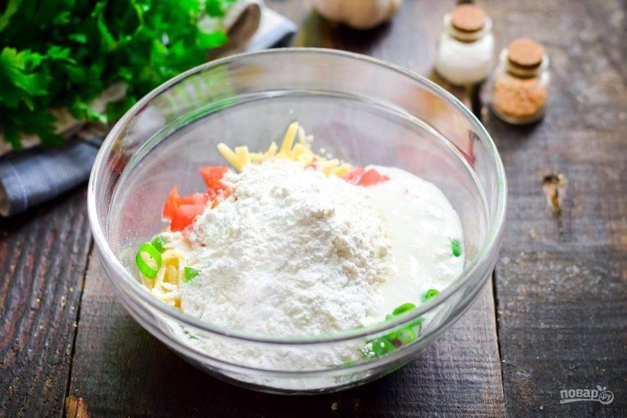 Добавьте небольшими порциями пшеничную муку. Для пышности можно добавить разрыхлитель или соду. Соду добавляйте в кефир. Всыпьте соль и перец.
