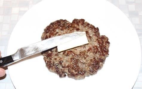 Теперь пришла пора сформировать итоговое блюдо. На плоское большое блюдо выкладываем горячий (только что из духовки) бифштекс, на него кладем небольшой кусочек сливочного масла, и….
