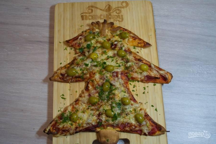 Разогрейте духовку до 200 градусов. Выпекайте пиццу в духовке до 20 минут. Остудите. Украсьте оливками или маслинами.
