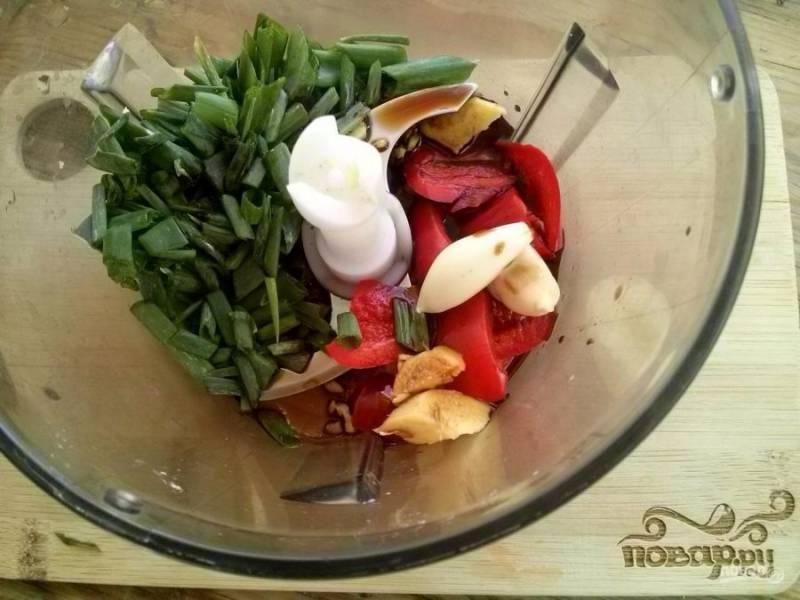 4. Оставшийся острый перец и имбирь измельчите в блендере вместе с зеленым луком, чесноком и соевым соусом.