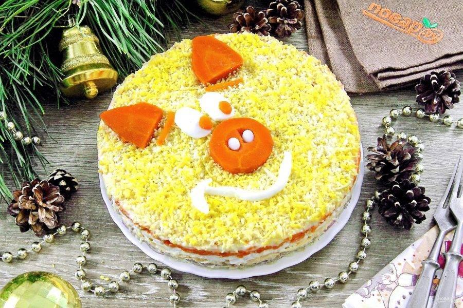"""Салат """"Мимоза"""" на Новый год готов. Осталось его украсить ушками, глазками и пятачком в знак символа грядущего года. На эту тему можно пофантазировать в принципе с чем угодно, у меня были остатки моркови и яичный белок. Дайте салату немного пропитаться и можно подавать его к столу. Счастливого Нового года и приятного аппетита!"""