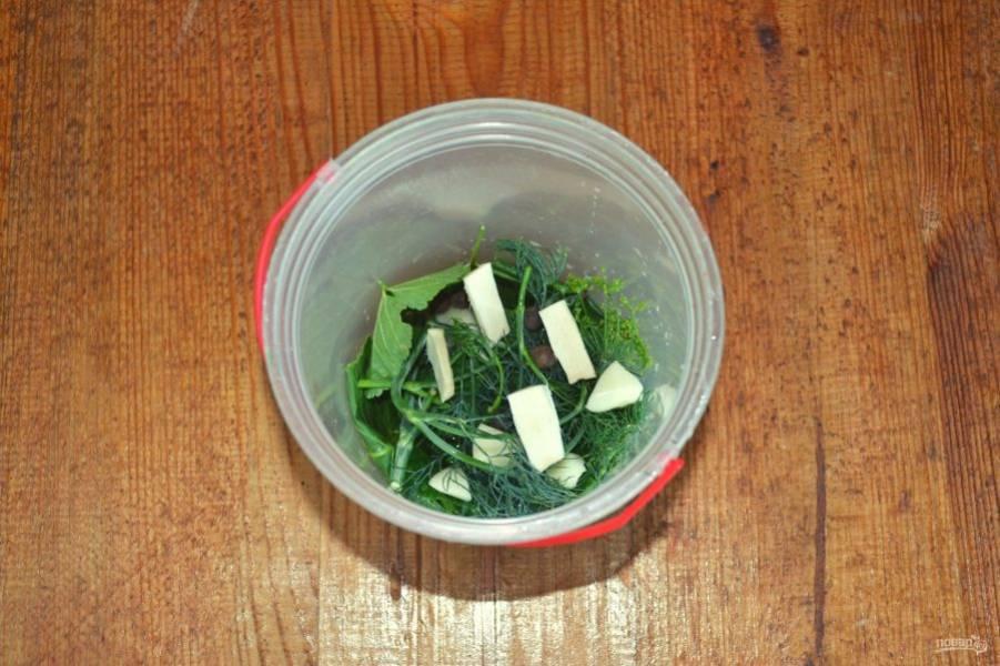 В контейнер добавьте чеснок, корень хрена и душистый перец.