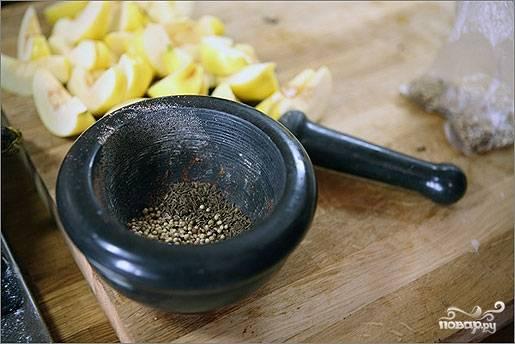 3. Соедините соль, кориандр и тмин. Если есть ступка, то перетрите специи.