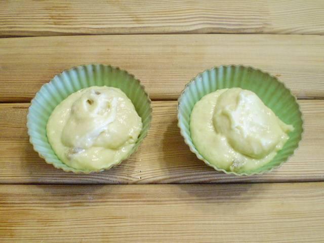 7. Берем формочки, разливаем тесто, по 1 ст. ложке с горкой. Ставим в предварительно разогретую духовку, выпекаем при 200 градусах минут 25-30.