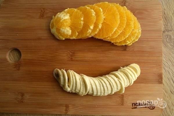 Апельсин и банан очистите, нарежьте тонкими ломтиками.