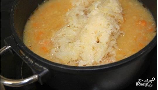 Добавить капусту и довести до кипения. Суп готов.