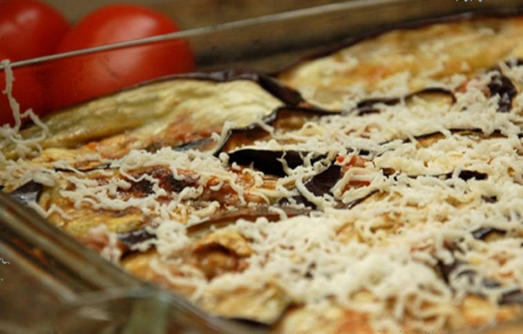 Затем снова баклажаны и снова соус. Сверху должен оказаться слой баклажан. Потрите на верхний слой половину сыра.