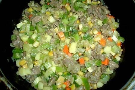 2. Пока мясо и лук не зарумянились, вы как раз успеете порезать редьку, картофель, морковь мелким кубиком. Добавим затем к мясу и обжарим все вместе.