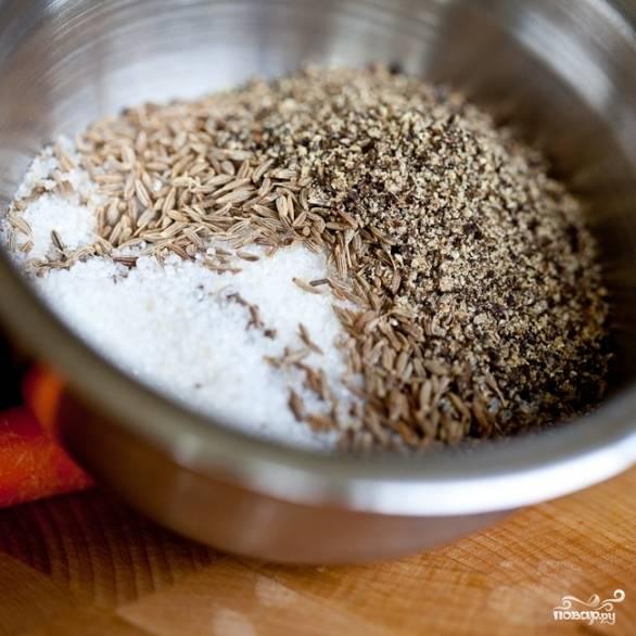 1. В мисочке смешайте специи с сахаром - семена кумина и свежемолотый черный перец.