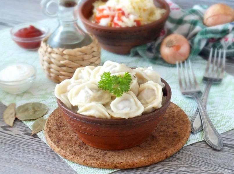 Пельмени отварите с добавлением лука и лаврового листа в течение 10 минут после того, как они всплыли. Подавайте горячими с любимыми соусами. Приятного аппетита!