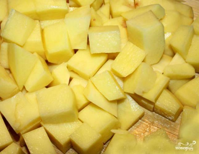 Мясо должно вариться не меньше полутора часов. За это время будет образовываться накипь, которую нужно снимать. Варить мясной суп лучше без крышки. Иначе бульон будет мутный. Пока варится мясо, почистим картошку и нарежем ее на суповые кубики.