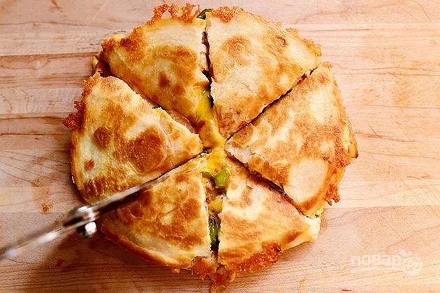 8. Нарежьте куриную кесадилью на порционные куски и подавайте к столу.