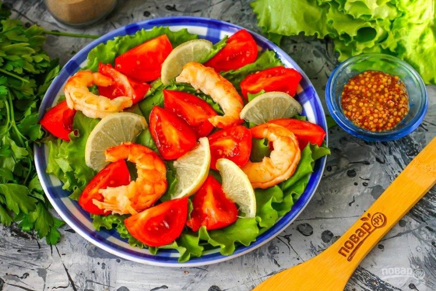 Ломтики лимона или лайма выложите на тарелку. Если любите блюда со сладко-соленым вкусом, то вместо лимона используйте манго или персик.