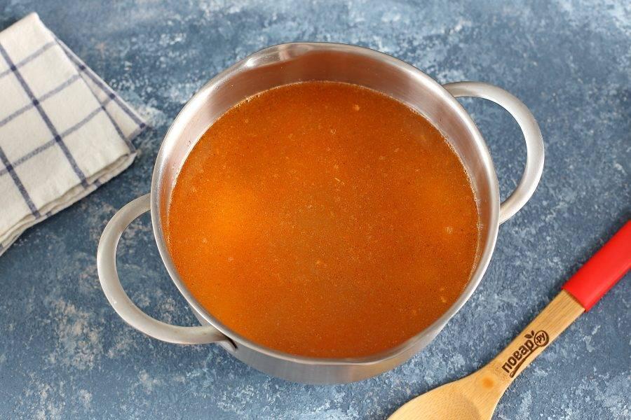 Влейте процеженный бульон, отрегулируйте на соль и варите до готовности риса.