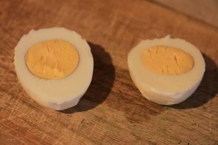 Яйца очищаем от скорлупы, разрезаем пополам вдоль.