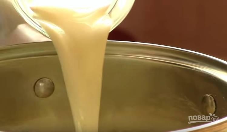 3. Поставьте кастрюлю на огонь, добавьте молоко. Постоянно помешивая, варите крем до загустения.