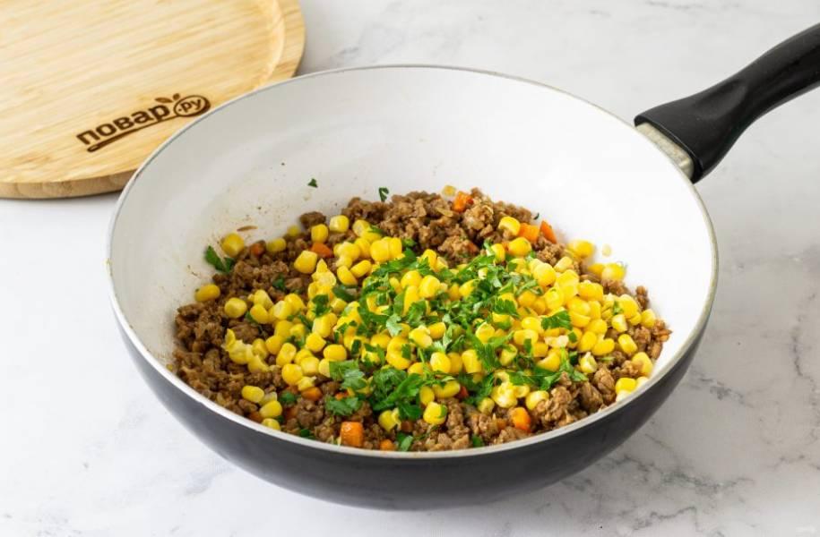 В конце добавьте мелко порубленную кинзу и кукурузу. Потушите все вместе несколько минут и снимите с плиты. Полностью остудите начинку.